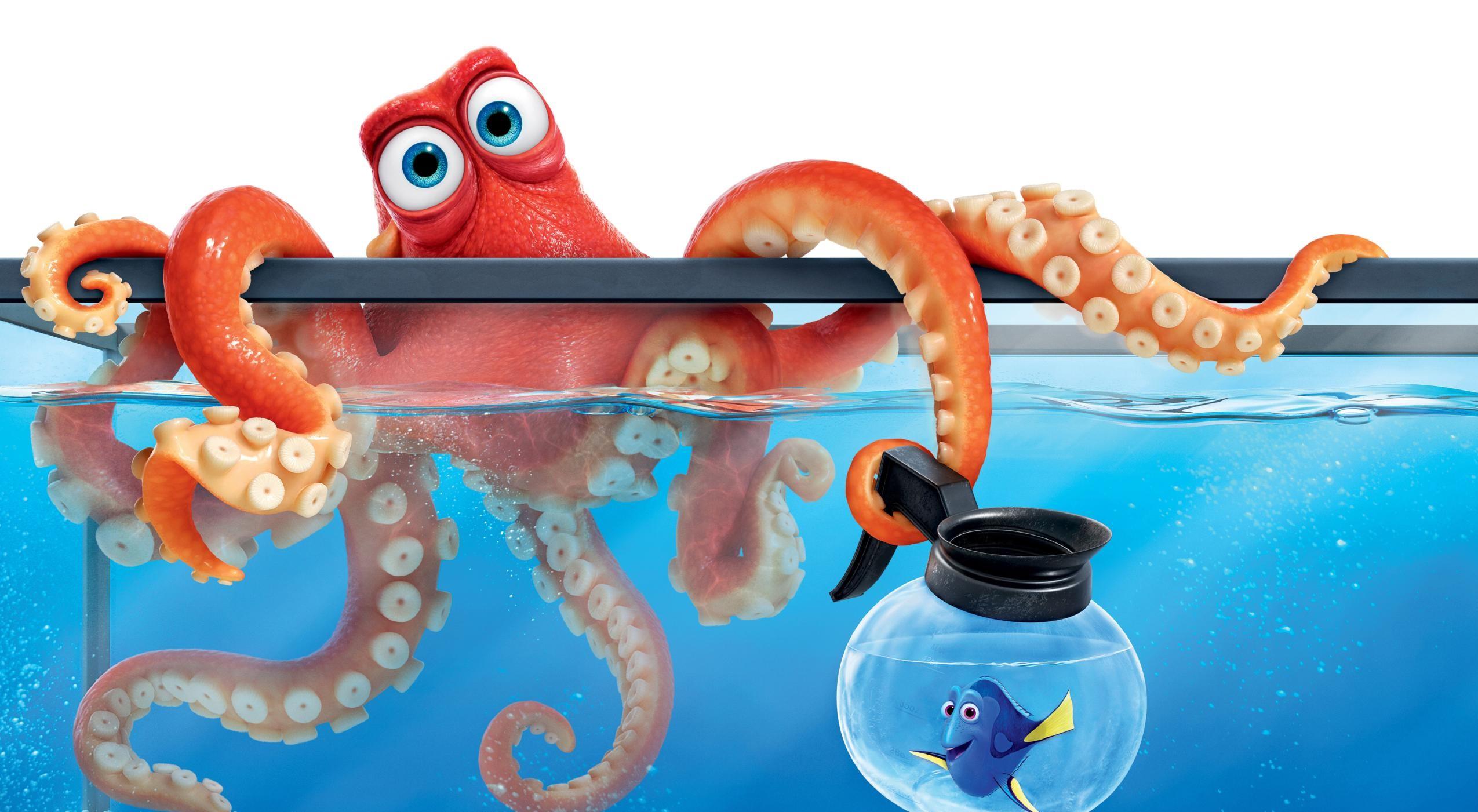 Foto promocional de Procurando Dory com o polvo Hank e a peixinha Dory. O polvo é vermelho alaranjado e possui olhos azuis claros. Ele está agarrado na parede de um aquário, com três tentáculos submersos. Os quatro restantes estão fora. Num dos tentáculos de fora, ele segura uma cafeteira baixa e arredondada transparente com o bocal preto. Dentro dela, está Dory, um peixe da espécie cirurgião-patela. Ela é azul com a parte dorsal preta e nadadeiras amarelas. Ela sorri e acena com a nadadeira direita.