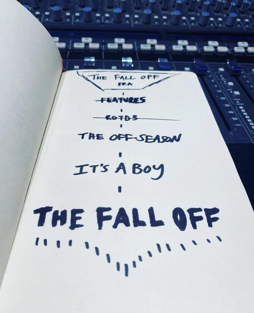"""Imagem retangular. Tomando quase toda a moldura, está a página aberta de um caderno, em cima de uma mesa de som. Nela está escrito em destaque com tinta da cor azul, no topo, """"The Fall Off Era"""", seguido de outros dizeres mais abaixo, todos são atravessados por uma linha vertical. Primeiro, riscados horizontalmente, """"Features"""" e """"ROTD3"""". Adiante, pode-se ler, respectivamente, """"The Off-Season"""", """"It's a Boy"""" e """"The Fall Off"""", o último sublinhado."""