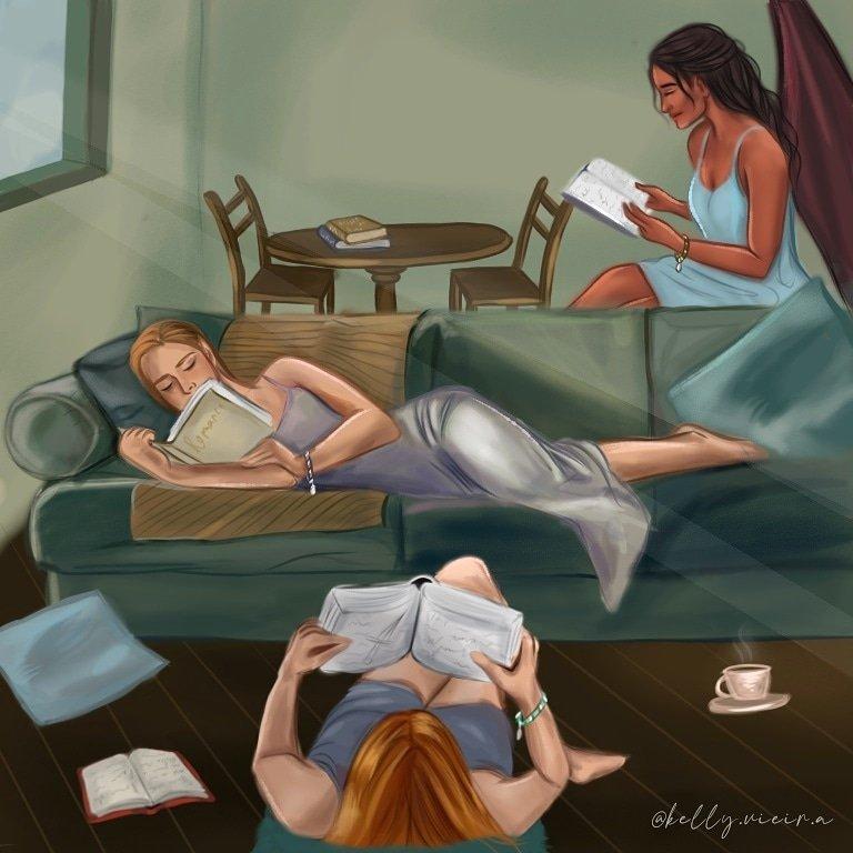 Fanart do trio de amigas em Corte de Chamas Prateadas. Em uma sala de paredes verdes, Emorie está sentada perto de uma mesa de madeira. A mulher é marrom, de cabelos escuros e asas. Ela segura um livro na sua frente e usa um vestido azul. No sofá ao seu lado está Nestha, de cabelo castanho e vestido roxo. Ela também lê um livro, deitada. E no chão a sua frente está Gwyn, ruiva e também vestindo roxo, ela deita perto de um livro, uma almofada e uma xicara de café.