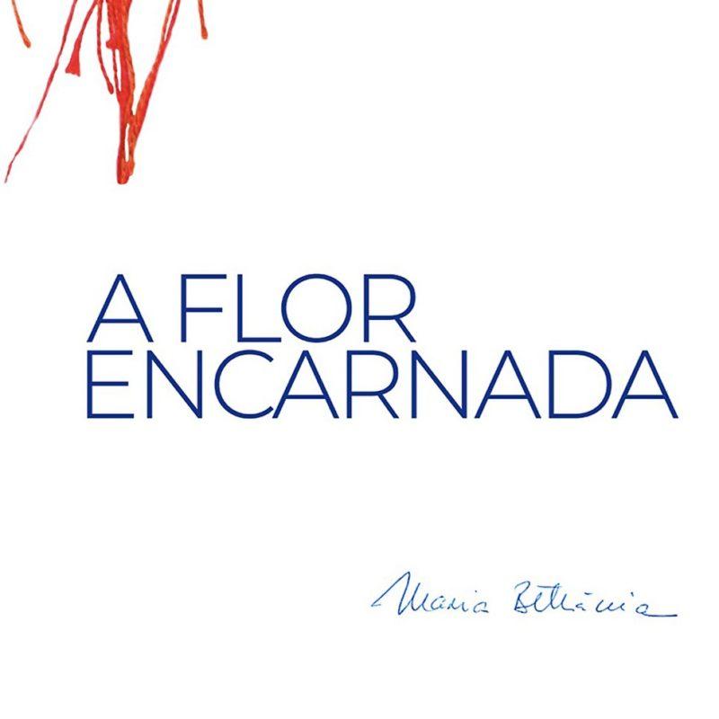 Capa de A Flor Encarnada. A arte é branca, com o nome escrito no centro, em azul. No canto superior esquerdo está uma mancha vermelha, e do outro lado, no canto inferior direito, o nome Maria Betânia.