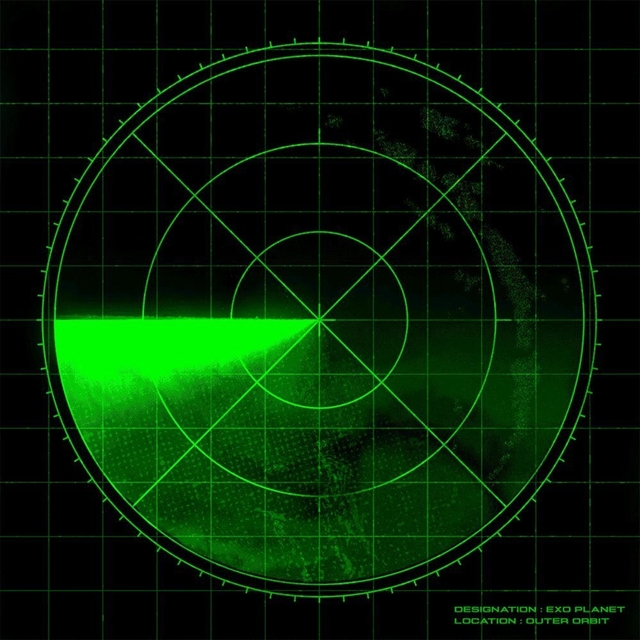 """Arte preta e quadrada. No centro, está um radar de busca militar: um círculo verde neon com linhas e uma grade verde no fundo. No canto inferior direito, de verde, está o texto """"DESIGNATION: EXO PLANET / LOCATION: OUTER ORBIT"""""""