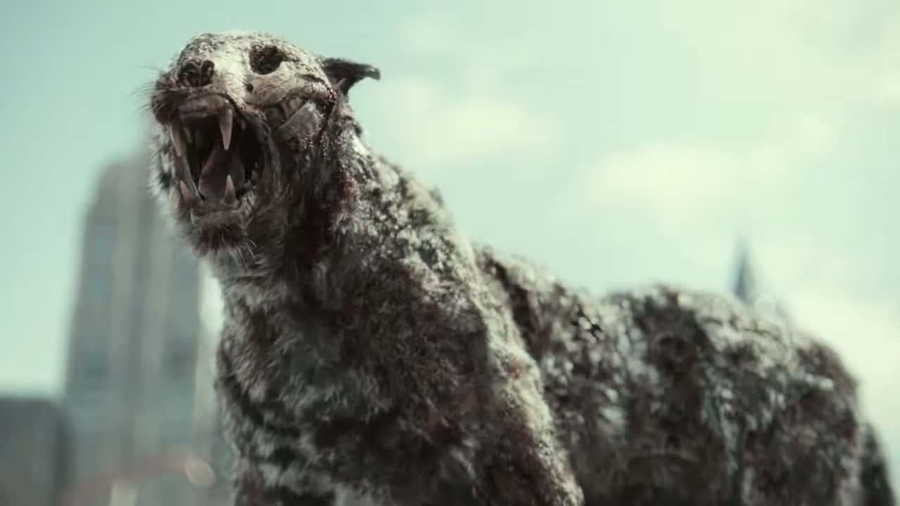 Cena do filme Army of the Dead. Na imagem, em foco, vemos um tigre zumbi com a boca aberta. Seu crânio está à mostra e sua pele é cinza, com falhas e cicatrizes.