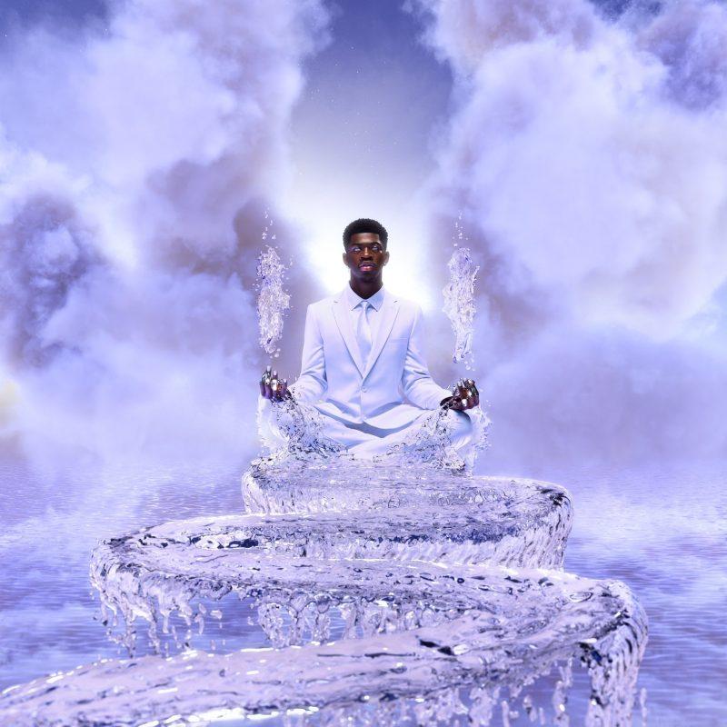 Capa do single Sun Goes Down, de Lil Nas X. Na imagem, Lil Nas X está centralizado na imagem, sentado e trajando um terno branco. Em sua frente há uma ponte de água em curvas sinuosas. De suas mãos sobem jatos de água. No fundo, nuvens brancas em tons roxos.