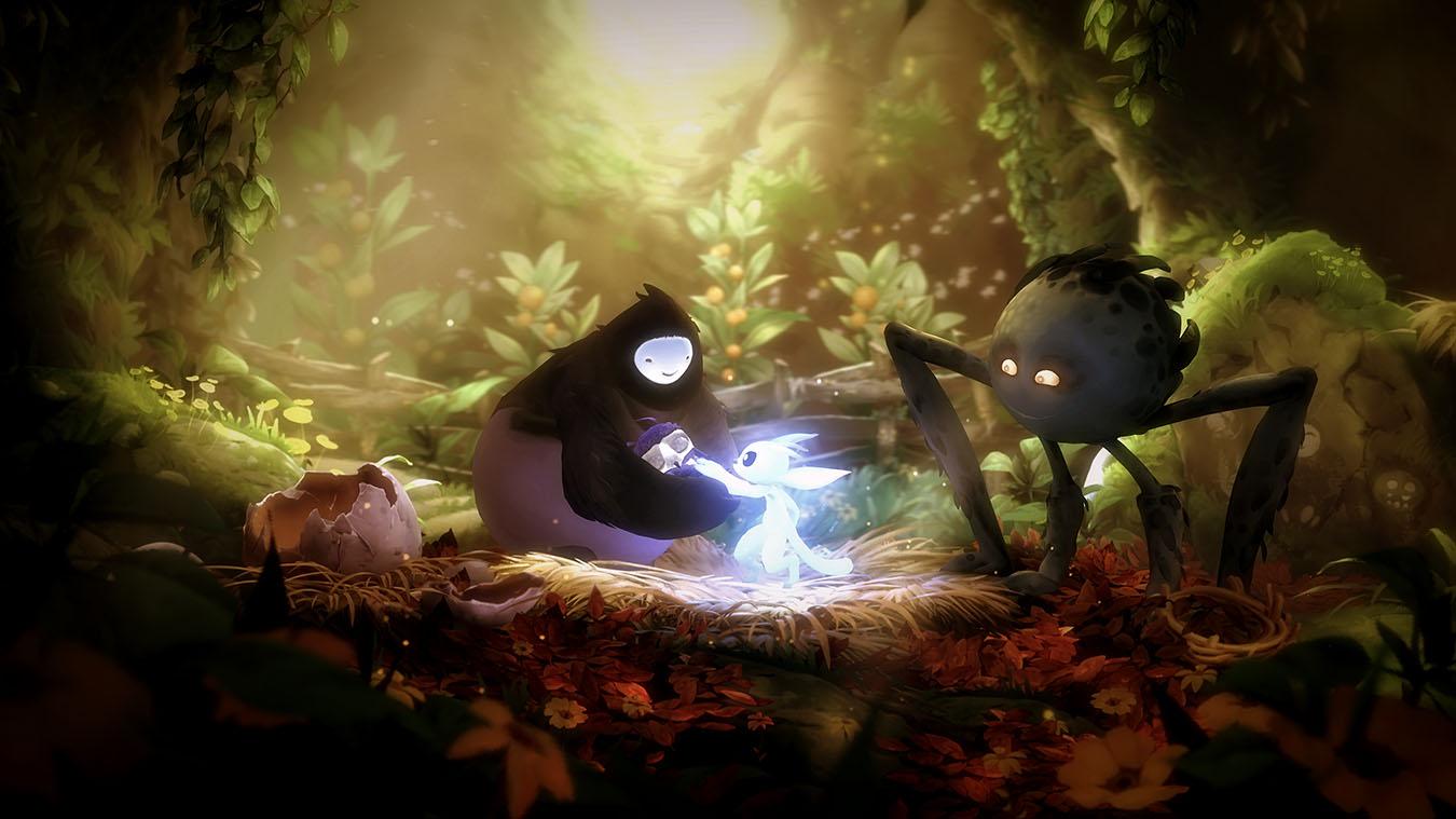 À esquerda, vê-se um ovo quebrado e, logo após, centralizada, está Naru segurando a bebê Kun em seu colo enquanto Ori acaricia sua cabeça e Gumo os observa afetivamente. O cenário é em uma toca na floresta Niwen, cheia de plantas e folhas esverdeadas, com a luz do sol adentrando o ambiente pelo buraco de acesso, centralizado no topo da imagem, trazendo cores quentes.