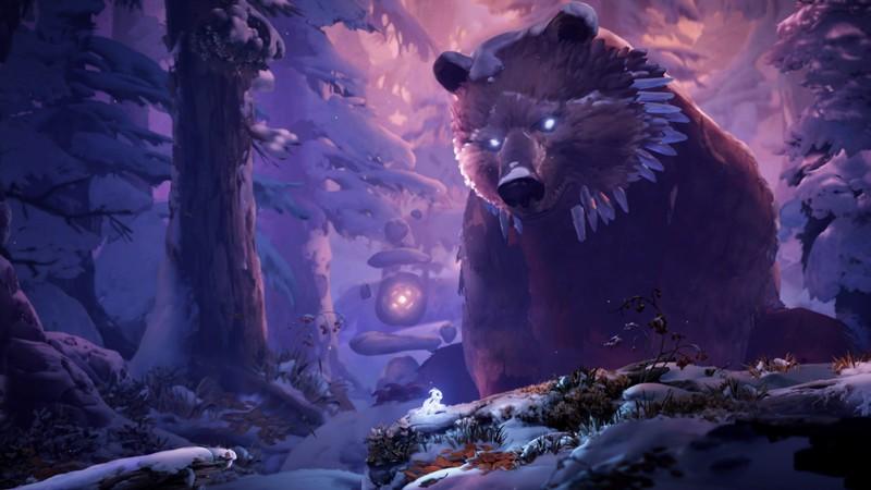 Em meio à floresta coberta de neve, ori, centralizado na imagem, observa um urso marrom gigante, quase do tamanho das árvores, que também tem sua cabeça coberta pela neve.