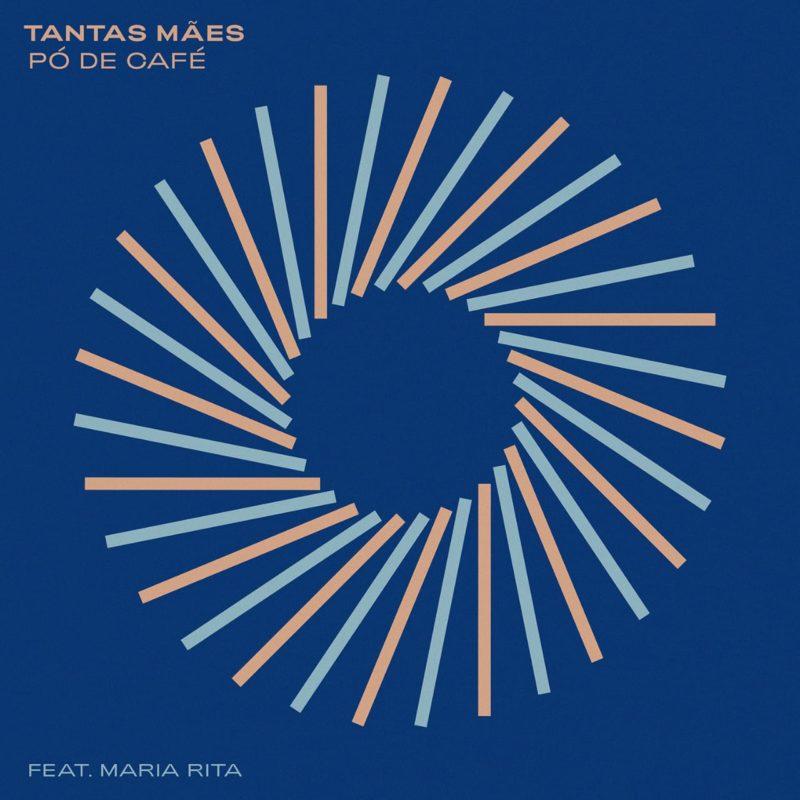"""Capa de Tantas Mães. A arte é azul, e no centro há um circulo feito por linhas nas cores azul clara e laranja pastel. No canto superior esquerdo está o nome da música e o nome do grupo """"Pó de Café´' em laranja. No canto esquerdo inferior está o texto """"feat. Maria Rita"""", em azul claro."""