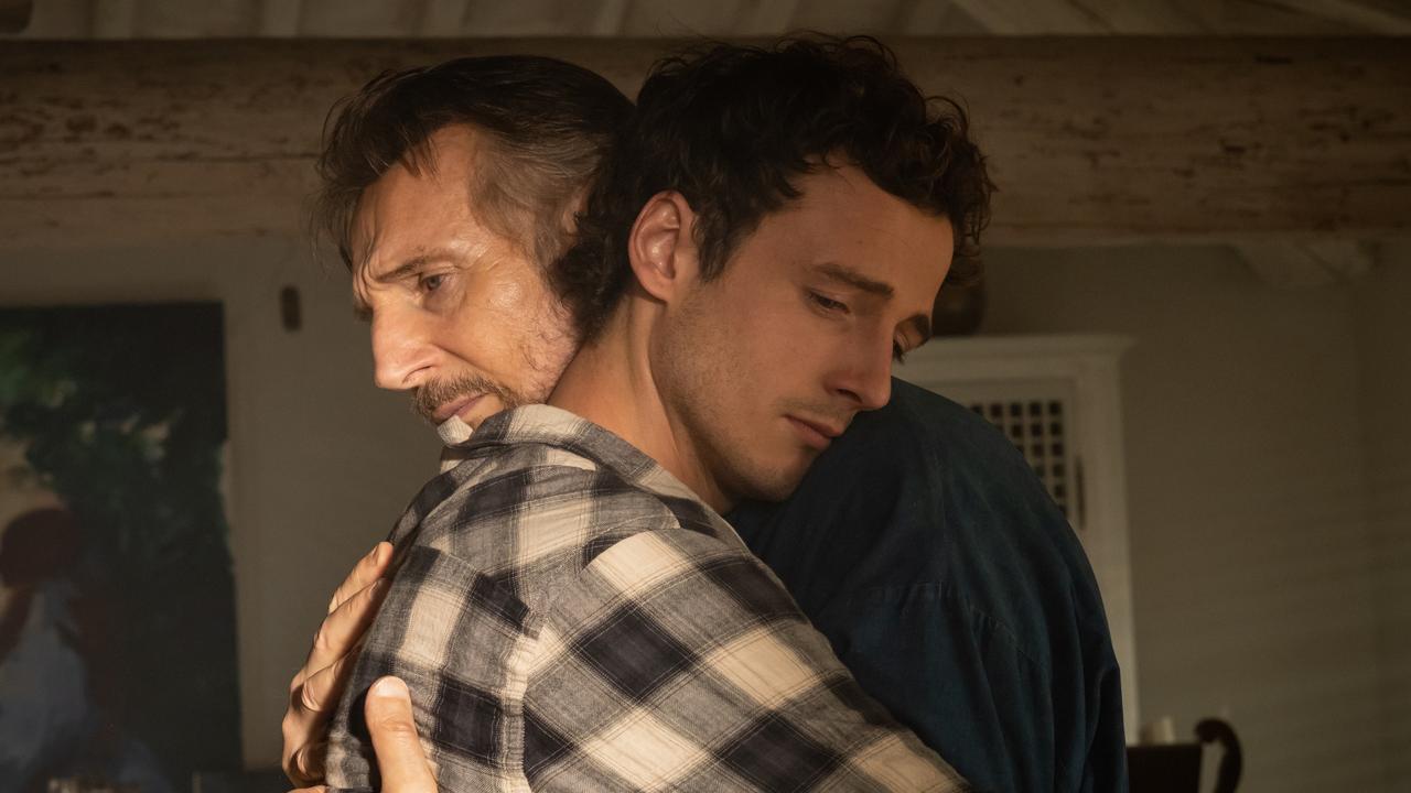 Cena do filme Made in Italy. A cena mostra pai e filho se abraçando.