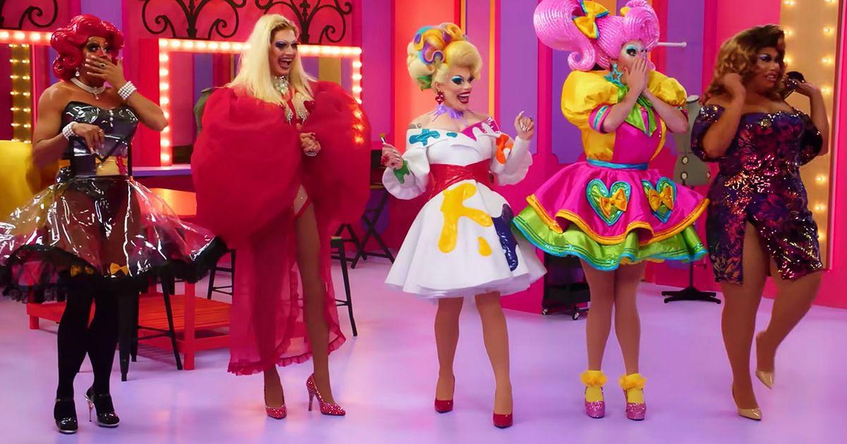 Cena de Drag Race Down Under, com as queens Jojo Zaho, Elektra Shock, Art Simone, Kita Mean e Coco Jumbo alinhadas em uma fileira.