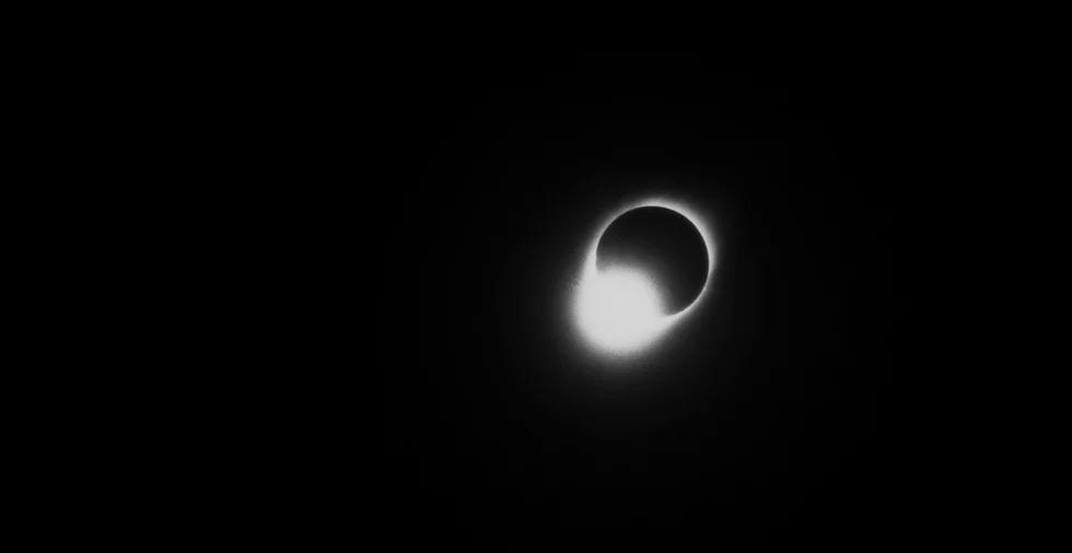 Cena do filme Condor. A imagem mostra um elipse, com a lua parcialmente cobrindo o som, formando um anel luminoso em torno do satélite escurecido na metade direita da imagem. Todo o resto da imagem é preenchido pelo céu preto.