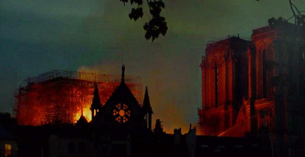 Cena do filme Arsonista. A imagem de baixa resolução mostra o incêndio da Catedral de Notre-Dame em Paris.
