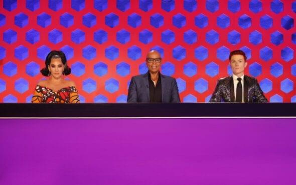 Foto da bancada de jurados de Down Under. Estão sentados, da esquerda à direita, Michelle Visage, RuPaul Charles e Rhys Nicholson.