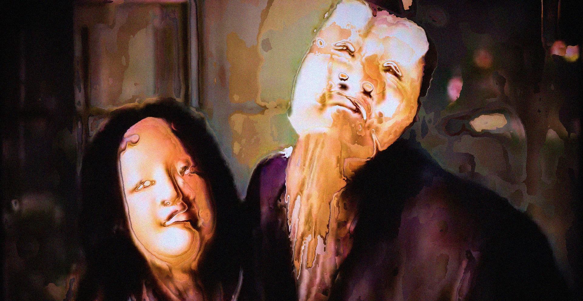Cena do filme Imagem da Percepção em que há um homem e uma mulher, um ao lado do outro, desfigurados por efeitos digitais. Suas vestimentas e o fundo apresentam tons de marrom e bege.