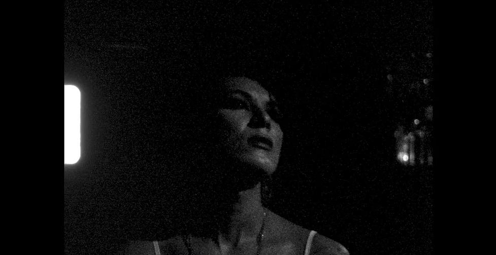 Cena do curta Sem Título #2 exibe, em preto e branco, o rosto de uma mulher olhando para cima.