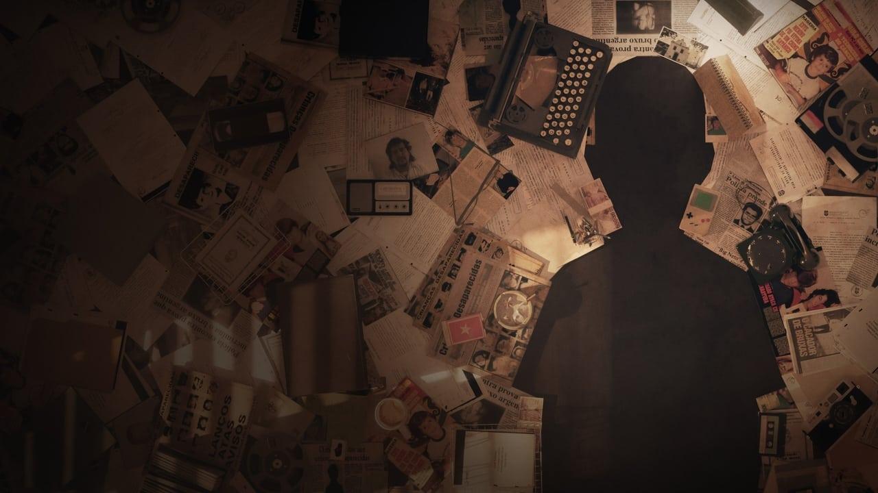 A imagem é uma foto de divulgação da minissérie O Caso Evandro. Na imagem, há vários papéis e folhas de jornais espalhados no chão, de maneira que deixam como espaço uma silhueta que remete ao corpo de uma criança.