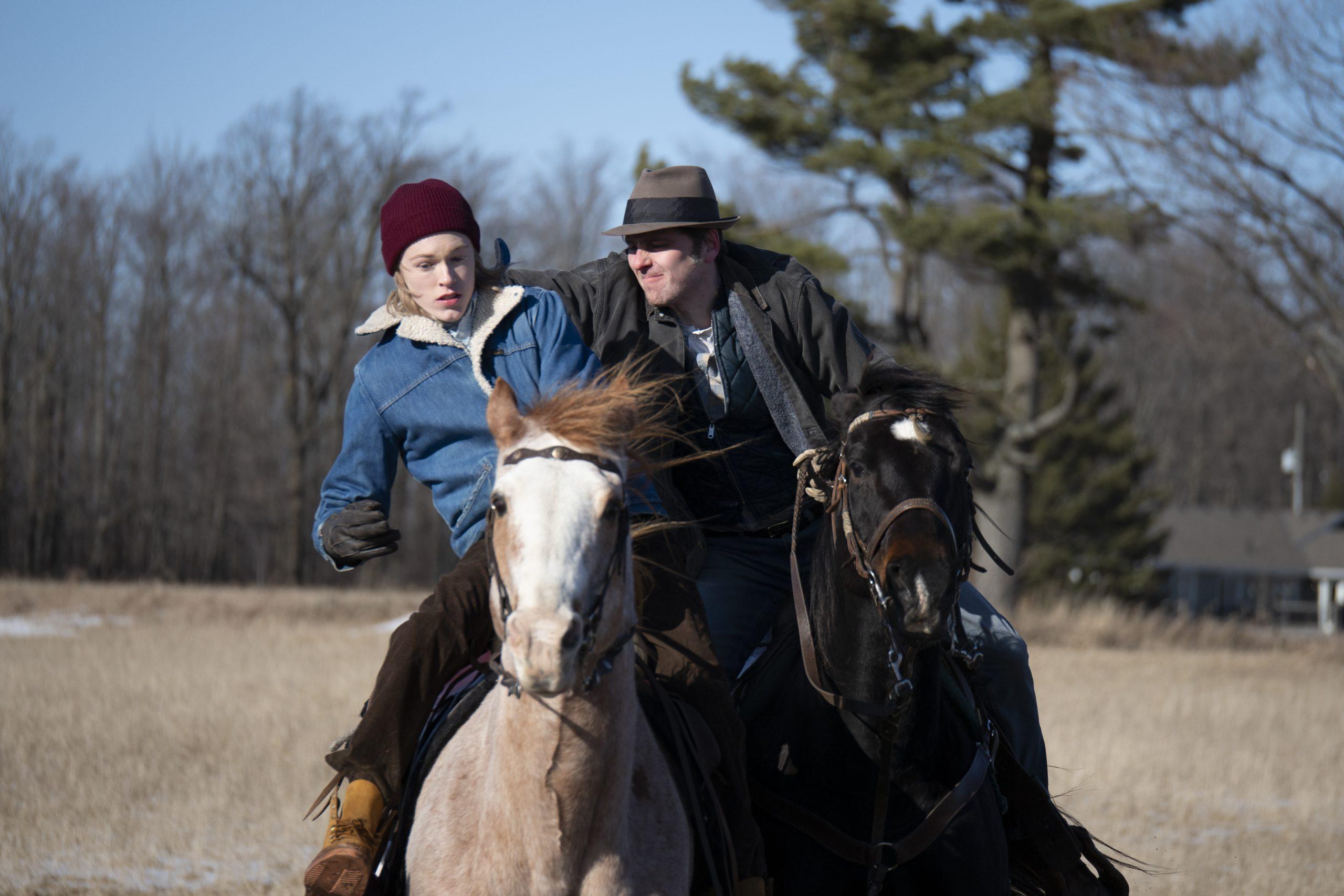 Cena do filme Ainda Há Tempo. John e seu pai Willis estão mais jovens, andando de cavalo. Willis está tentando derrubar John de seu cavalo.