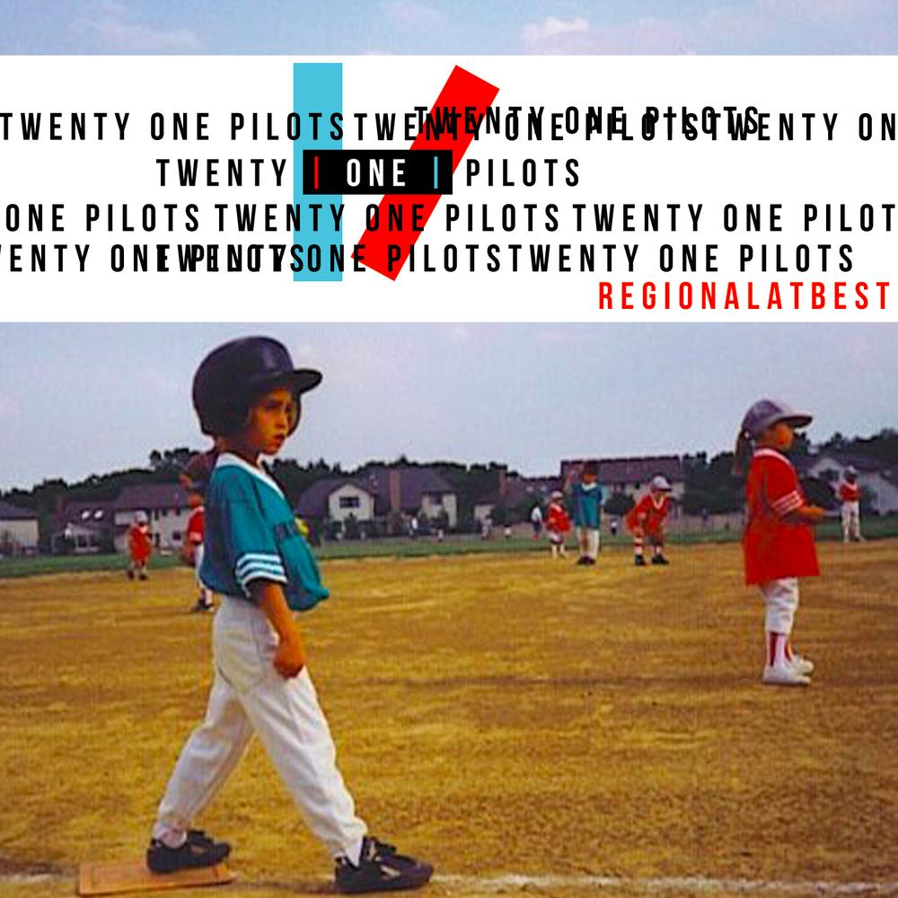 A imagem é a foto da capa do disco Regional at Best, da banda Twenty One Pilots. Nela, há uma fotografia de crianças jogando beisebol em um campo. A esquerda, há um menino posicionado com as pernas abertas, em posição para lançar a bola. Ele veste uma camiseta azul, uma calça branca, tênis pretos e um capacete. Ao fundo é possível ver outras crianças no campo com esse mesmo uniforme, alternando a cor da camiseta entre azul e vermelho. Na parte do superior da foto, há uma faixa branca escrita TWENTY ONE PILOTS diversas vezes embaralhadas em fonte preta. No canto inferior direito da faixa, está escrito Regional at Best em vermelho.