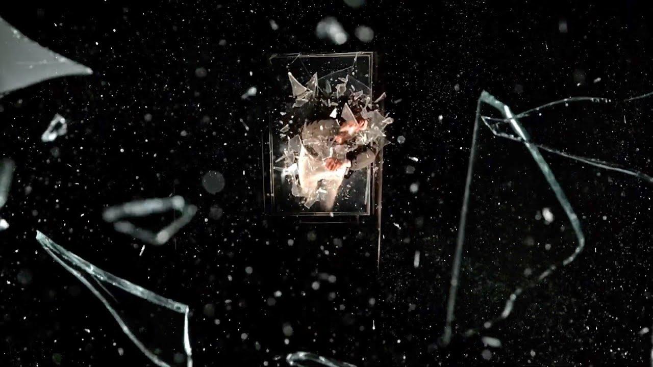 Imagem do curta Ao Velho Mundo. Podemos ver estilhaços de vidro por toda a tela, com um fundo preto,