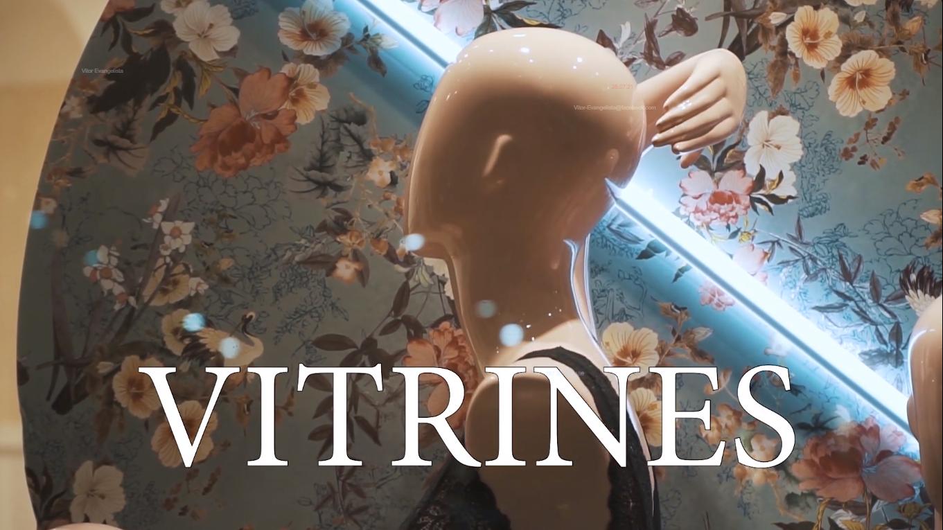 Cena do curta Vitrines, mostra um manequim de costas e o nome do curta em fonte branca