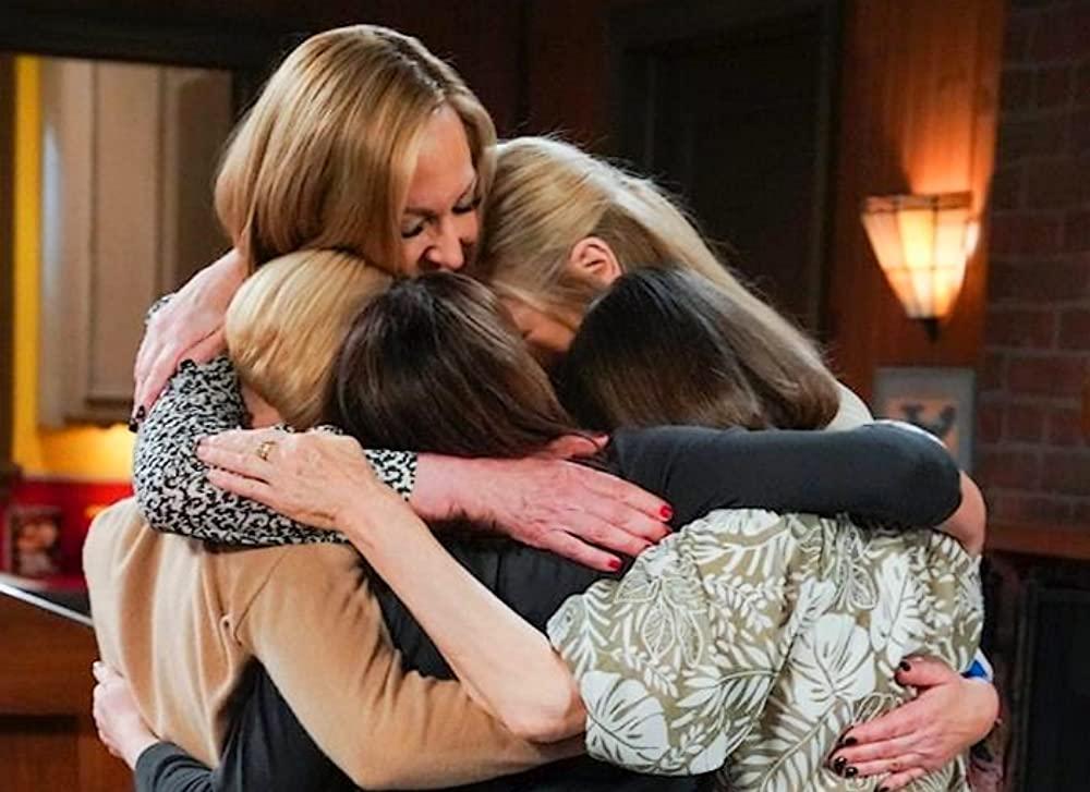 Cena da série Mom que mostra um grupo de mulheres brancas adultas se abraçando.