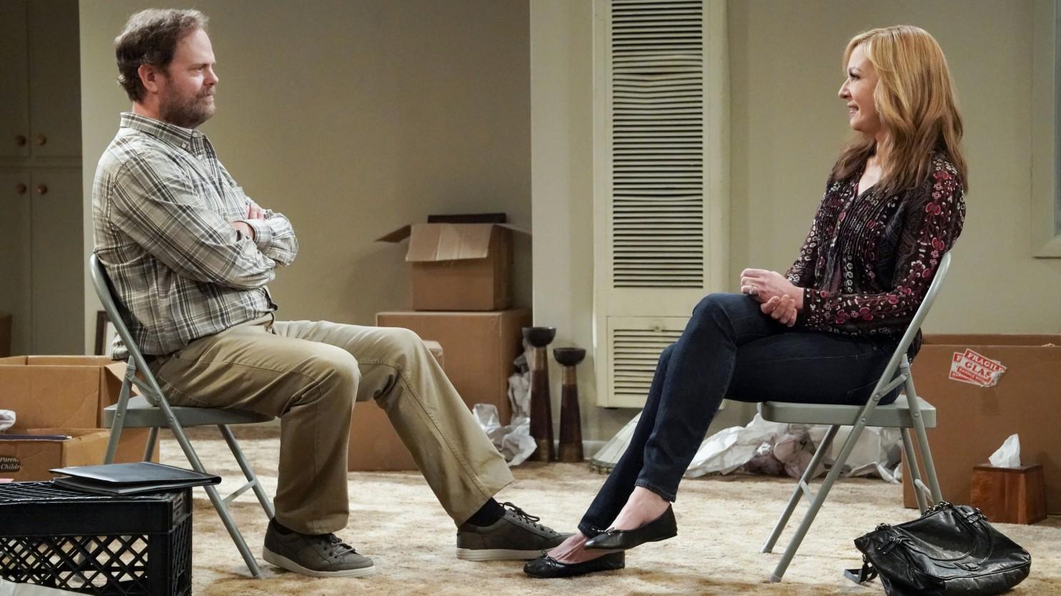 Cena da série Mom que mostra um homem e uma mulher sentados um de frente para o outro.