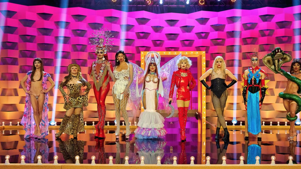 Cena de Drag Race España. Nela, vemos o elenco da temporada enfileirado no palco. Da esquerda para a direita, vemos Sagittaria, Pupi, Vulcano, Inti, Killer, Dovima, Arantxa, Hugáceo e Carmen.