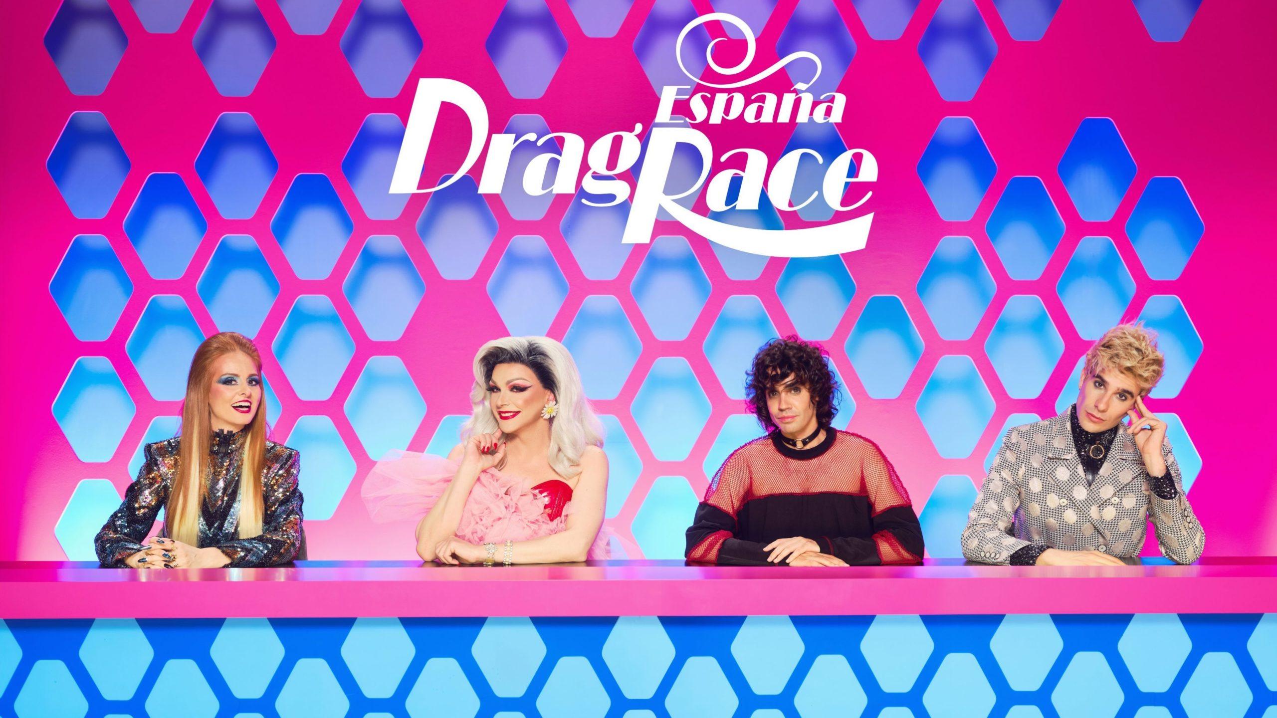 Cena de Drag Race España. Nela, vemos a bancada de jurados. Da esquerda para a direita, estão Ana Locking, Supremme De Luxe, Javier Ambrosi e Javier Calvo.