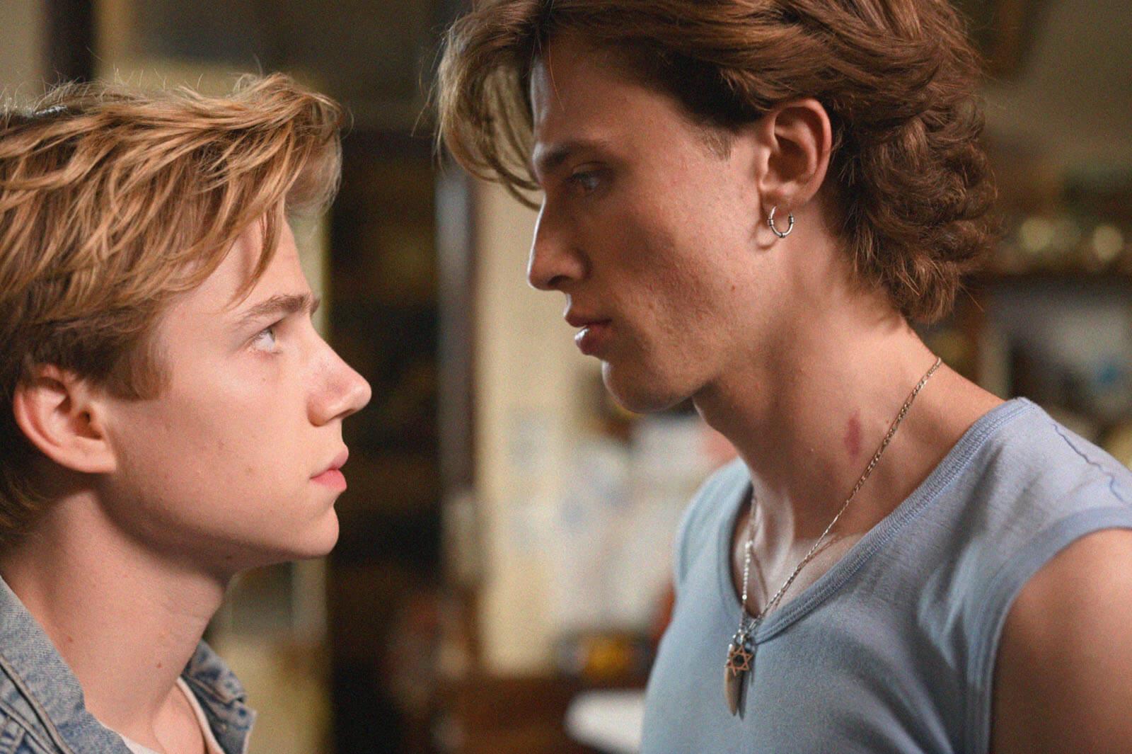 Cena do filme Verão de 85. Nela, dois adolescentes brancos se encaram, com cara de poucos amigos e um ar de nervoso.