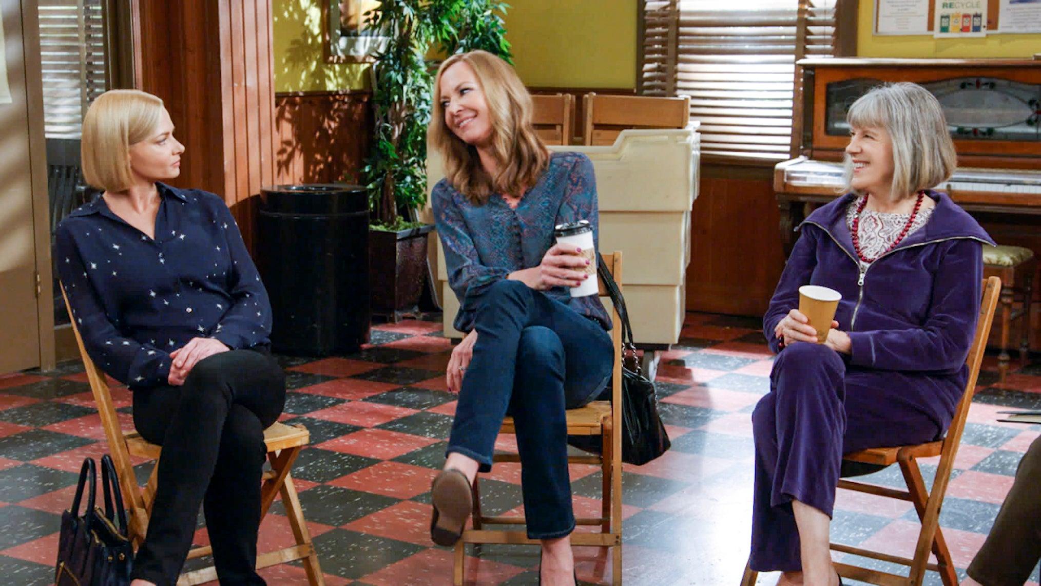 Cena da série Mom que mostra 3 mulheres sentadas e se olhando.