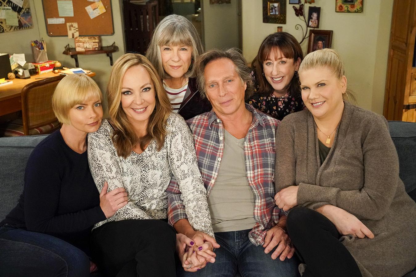 Foto do elenco regular da 8a temporada de Mom