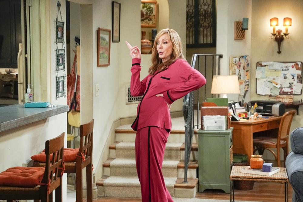 Cena da série Mom. A cena mostra Bonnie, papel de Allison Janney, de pijamas vermelhos, de pé e fazendo uma careta, com as costas arqueadas. Ela é uma mulher branca, idosa e de cabelos escuros, na altura dos ombros. Ela está parada na sala de casa, em um ambiente iluminado, e atrás dela está um lance de escadas.
