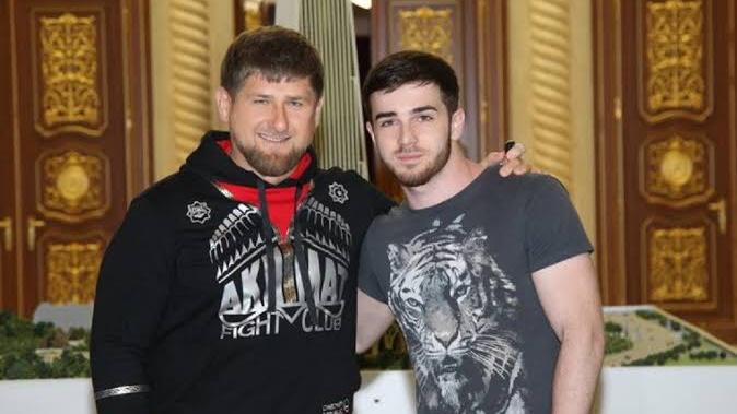 Foto retirada do Instagram apresenta a esquerda Ramzan Kadyrov, um homem branco, de cabelos curtos e loiros, barba, usando um moletom preto e estampado, e a direita Zelim Bakaev, um homem branco, de cabelos curtos e castanhos, barca, usando uma camiseta cinza com estampa de tigre.