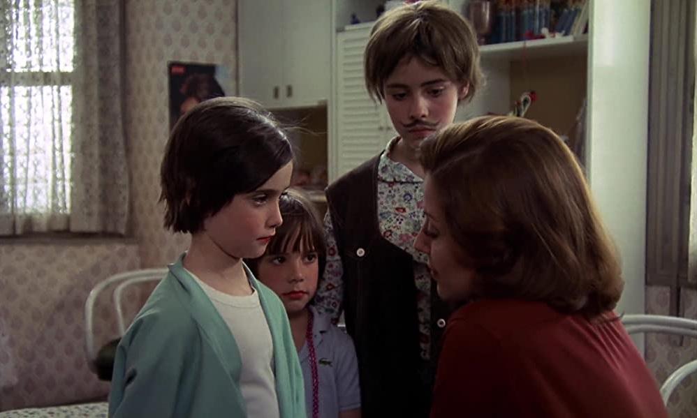 Cena do filme Cría Cuervos que mostra Ana, Maite e Irene ouvindo os conselhos da Tia Paulina. O fundo da imagem é o quarto das meninas.