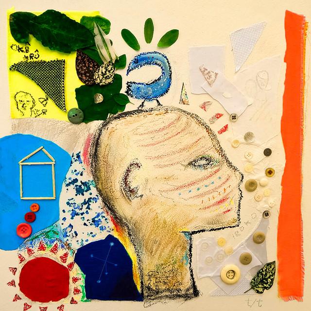 Capa do álbum Tradição/Tradução. A imagem mistura colagem de objetos cotidianos com desenho à lápis. Ao centro há uma cabeça desenhada voltada à direita. À esquerda há vários recortes coloridos, e outros objetos como botões, palitos e folhas. À direita há recortes brancos e botões marrons e brancos, além de uma faixa laranja na vertical.
