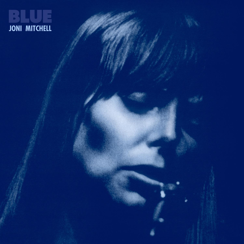 Capa com filtro azulado na qual a cantora está cantando com os olhos fechados. Joni, uma mulher branca, na época tinha aparência jovem e cabelos loiros.