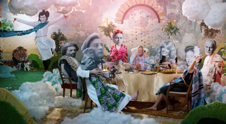 Cena em paisagem do documentário. Paraíso ficcional criado pela diretora, com dublês vestindo máscaras desproporcionais ao corpo, em preto branco. As figuras históricas das máscaras são: Bruce Lee, Frederick Douglass, Buster Keaton, Frida Kahlo, Dick Johnson, Farrah Fawcett, Billie Holiday e Sigmund Freud, em ordem. A paisagem é formada por céu rosado, nuvens em algodão, gramado verde, animais selvagens ao fundo e uma auréola dourada com chuvas feitas com confete dourado. Ao centro estão todos os dublês com Dick, em uma mesa rodeada de cadeiras, onde estão sentados.