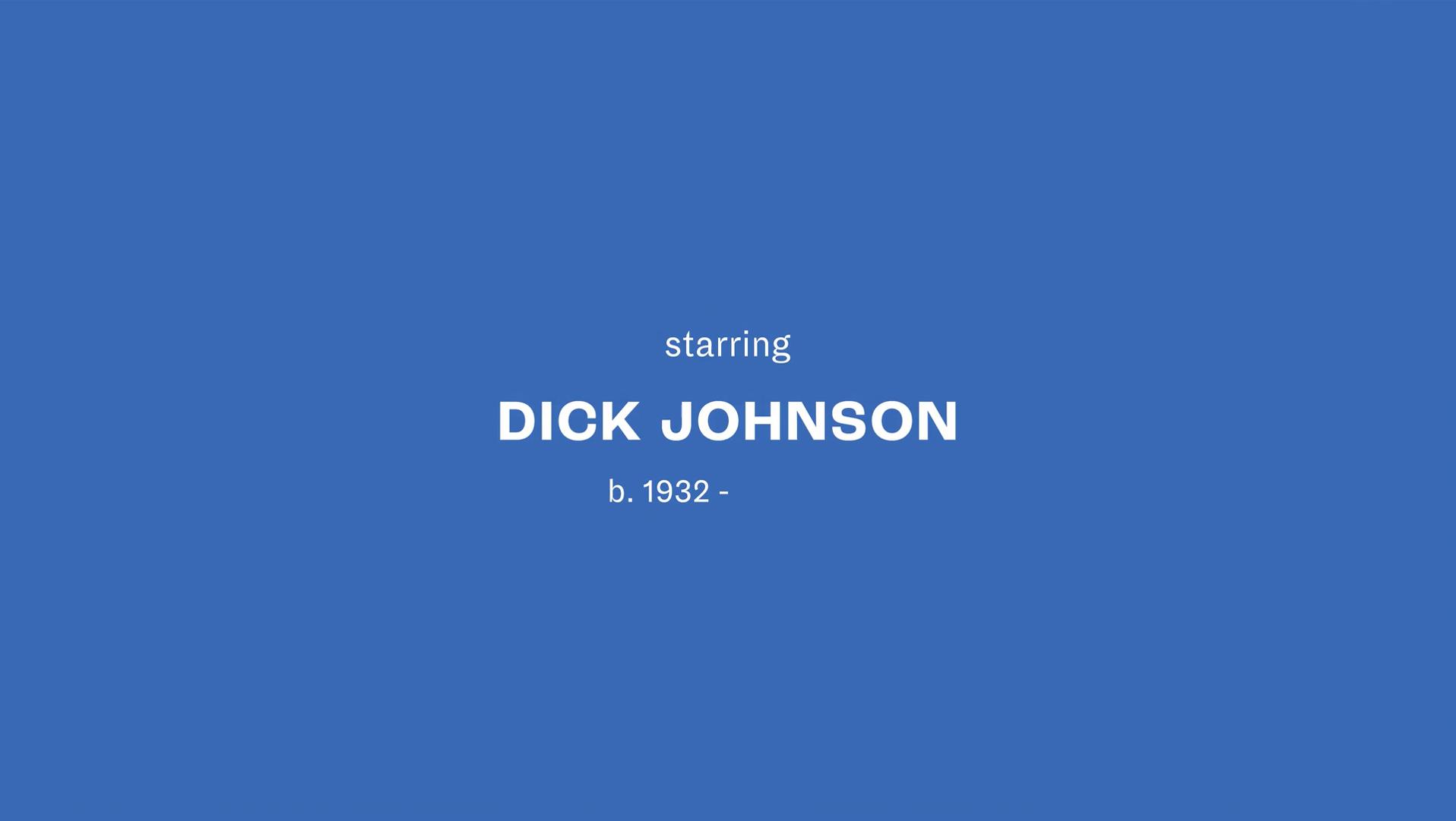 """Cena final do documentário. Imagem azul em paisagem, com o escrito """"starring/ Dick Johnson/b.1932 - """" no centro."""
