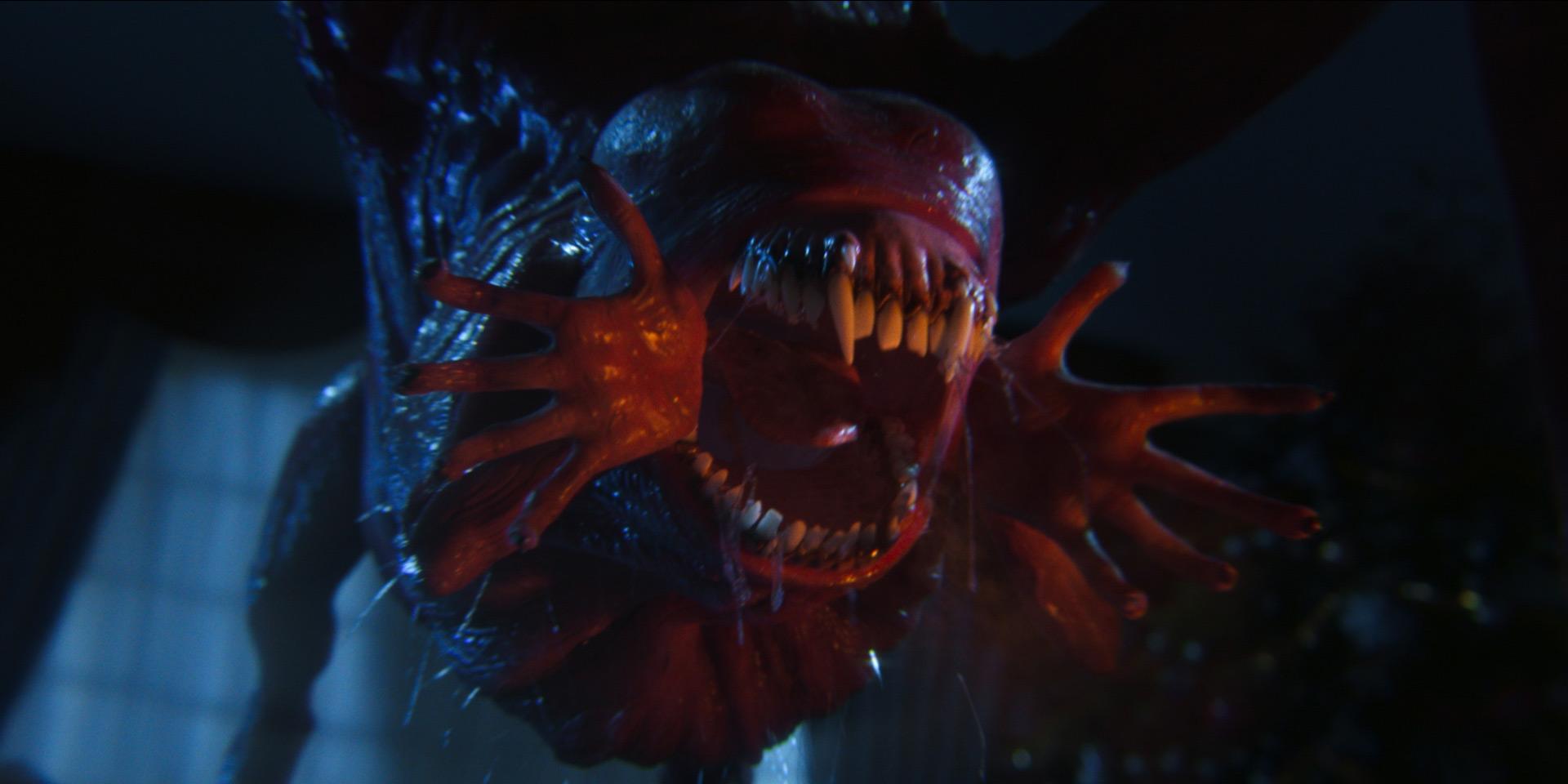 Cena do episódio Pela casa de Love, Death & Robots. Ocupando toda a imagem, vemos um monstro em tons de rosa, com dentes afiados e mãos saindo dos cantos da boca.