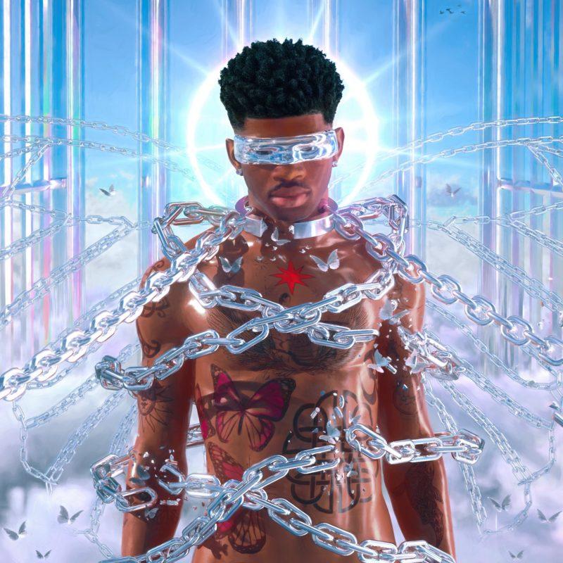 Capa do single INDUSTRY BABY de Lil Nas X. A imagem tem o cantor no centro, um homem negro, sem camisa, de cabelo preto crespo e tatuagens pelo corpo. Ele está preso por correntes pratas, algumas quebradas, e uma auréola brilhante circunda sua cabeça. O fundo assemelha-se aos portões do céu, com barras pratas, nuvens e céu azul.