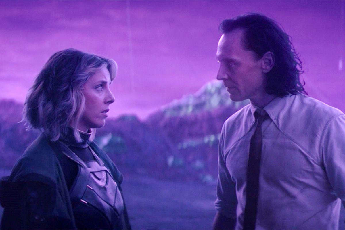 Cena da primeira temporada de Loki. Sylvie (Sophia Di Martino) e Loki (Tom Hiddleston) se encaram preocupados em Lamentis-1, um planeta prestes a ser destruído. Sylvie, caucasiana e cabelo loiro e que vai até os ombros, usa um uniforme de couro de combate preto com poucos adereços dourados, por baixo de um sobretudo negro. Loki, caucasiano e cabelo negro que vai até os ombros, usa uma camisa social futurista com as golas coladas no peito, com uma gravata no pescoço e as mangas dobradas até os cotovelos. Atrás deles, uma cadeia de montanhas se ergue desfocada. A cena toda está iluminada por uma cor lavanda profunda.