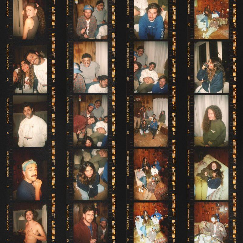 Capa do single Aguei. A capa é composta por fileiras de fotos reveladas de uma câmera analógica e mostram os membros da banda Jovem Dionísio e as cantoras da dupla ANAVITÓRIA na sala de uma casa.
