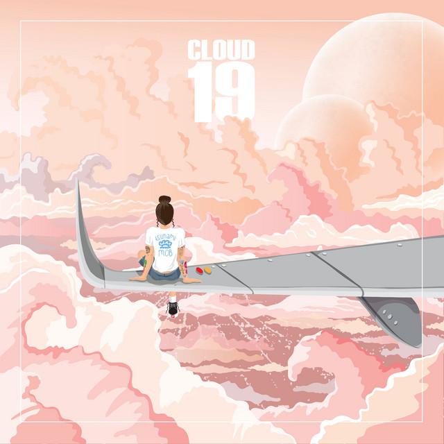 Capa do álbum Cloud 19. A capa é um desenho de uma menina sentada de costas na asa de um avião observando nuvens, o céu e o mar pintados em tons de rosa.