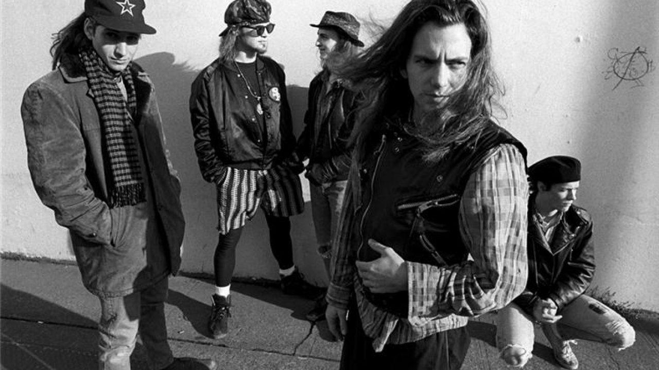 Foto dos integrantes da banda Pearl Jam. Os cinco integrantes são homens brancos, e, com exceção de Dave Krusen, todos possuem cabelos longos, abaixo do ombro. Na foto, em preto-e-branco, Stone Gassard veste um sobretudo, cachecol e um boné com uma estrela desenhada no meio; ele está olhando diretamente para a câmera. Jeff Ament veste coturno, meia-calça preta, shorts listrado preto-e-branco, jaqueta de couro preta e óculos escuros; ele está conversando com Mike McCready, que veste chapéu, jaqueta de couro preta e calça jeans rasgada. Eddie Vedder usa camisa xadrez e um colete preto com zíper sobre ela; ele está à frente dos demais integrantes, parado em diagonal olhando para sua lateral esquerda. Dave Krusen está agachado, usando uma boina preta, calça jeans clara rasgada e um tênis branco; ele também está olhando para a sua lateral esquerda.
