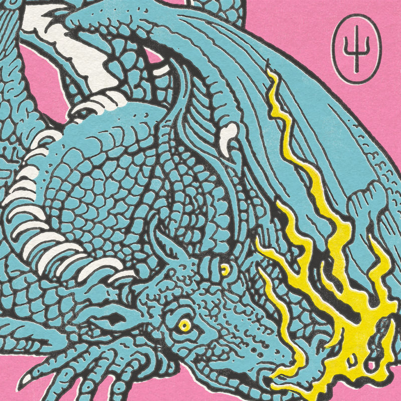 Capa do álbum Scaled and Icy. Em um fundo rosa claro, vemos o desenho de um dragão azul claro, soltando fogo amarelo pelas narinas e ocupando a maior parte da capa. No canto superior direito, vemos o logotipo da banda Twenty One Pilots.