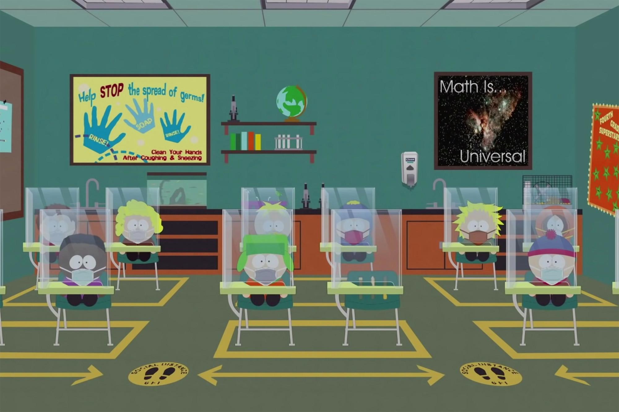 Cena da série South Park. Na animação, alguns personagens estão reunidos em uma sala de aula, sentados na cadeira de suas carteiras, com uma proteção transparente os isolando. Com exceção do primeiro personagem à esquerda, que é negro, todos os demais são brancos. Todos utilizam máscaras. Ao fundo estão dois posters, um sobre higienizar as mãos, composto na cor amarelo, vermelho e azul, e o outro com uma imagem da galáxia, escrito que matemática é universal. No chão estão desenhadas setas e o espaço delimitado para as carteiras em cor amarela, destacando o isolamento.