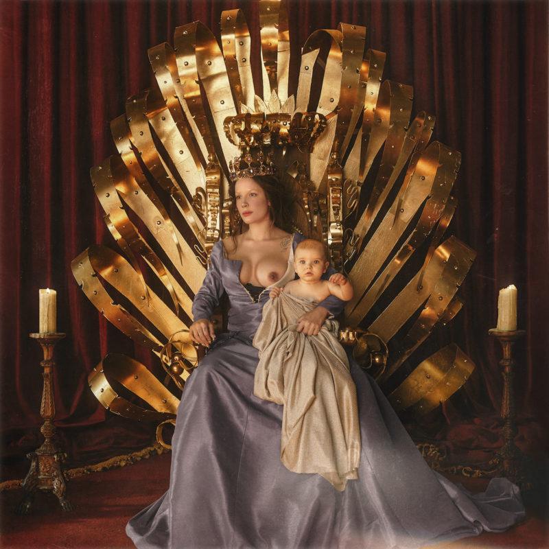 Capa do CD If I Can't Have Love, I Want Power, da cantora Halsey. A capa mostra uma foto de Halsey no trono, com o seio esquerdo à mostra e um bebê branco no colo. A imagem tem tons de dourado, marrom e vermelho, numa vibe bem medieval da realeza.