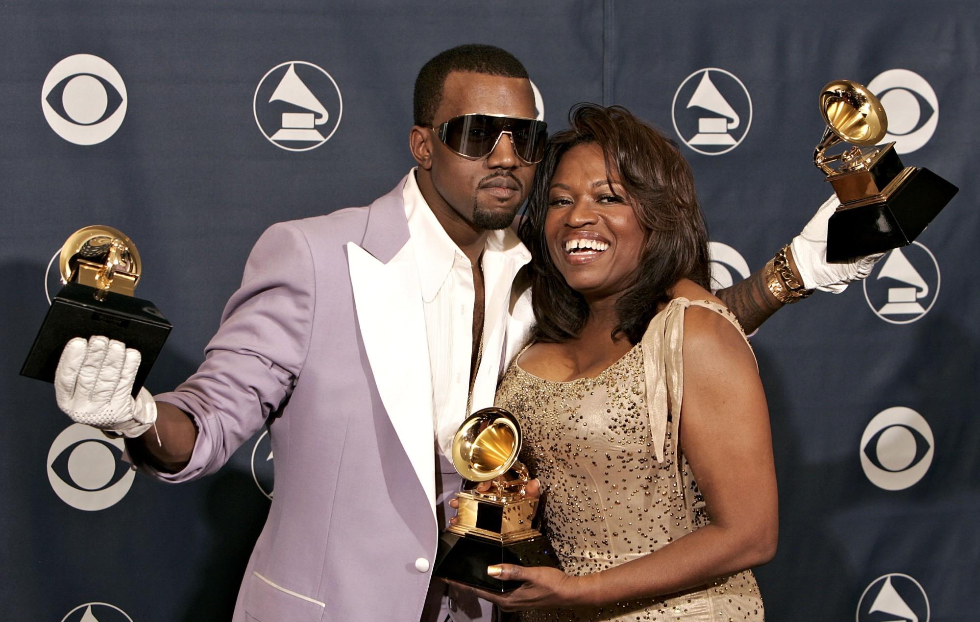Imagem feita durante a cerimônia do Grammy de 2006. Nela, vemos, posando atrás de um painel para a fotografia, um homem e uma mulher. Primeiro, à esquerda, está Kanye West, um homem negro, com a barba feita em um cavanhaque, os cabelos raspados, e usando óculos escuros. Ele veste um blazer roxo por cima de uma camisa social branca aberta, e luvas brancas nas mãos. Seus braços estão levantados na altura dos ombros, e ele segura em cada uma das mãos uma pequena estátua com um gramofone de ouro: o troféu concedido pela premiação do Grammy. O seu braço direito, ainda segurando o troféu, envolve os ombros da mulher por trás, e olha para a câmera, sério. Do seu lado, à direita, está Donda West, uma mulher negra, de cabelos pretos e lisos que se estendem até o seus ombros. Ela veste um vestido bege enfeitado por pequenos pingos de ouro. Ela também segura, com as duas mãos, na altura do peito, um troféu idêntico aos que Kanye segura. Ela olha para o lado, com um sorriso feliz e contagiante.