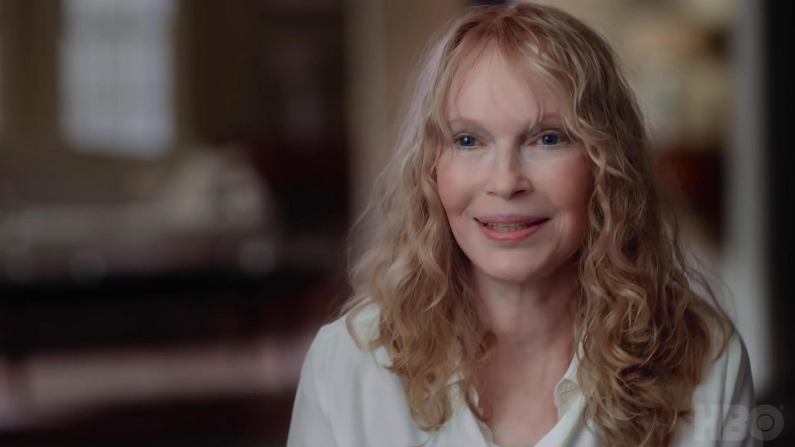 A imagem é uma cena do documentário, em que Mia Farrow está dando um depoimento.
