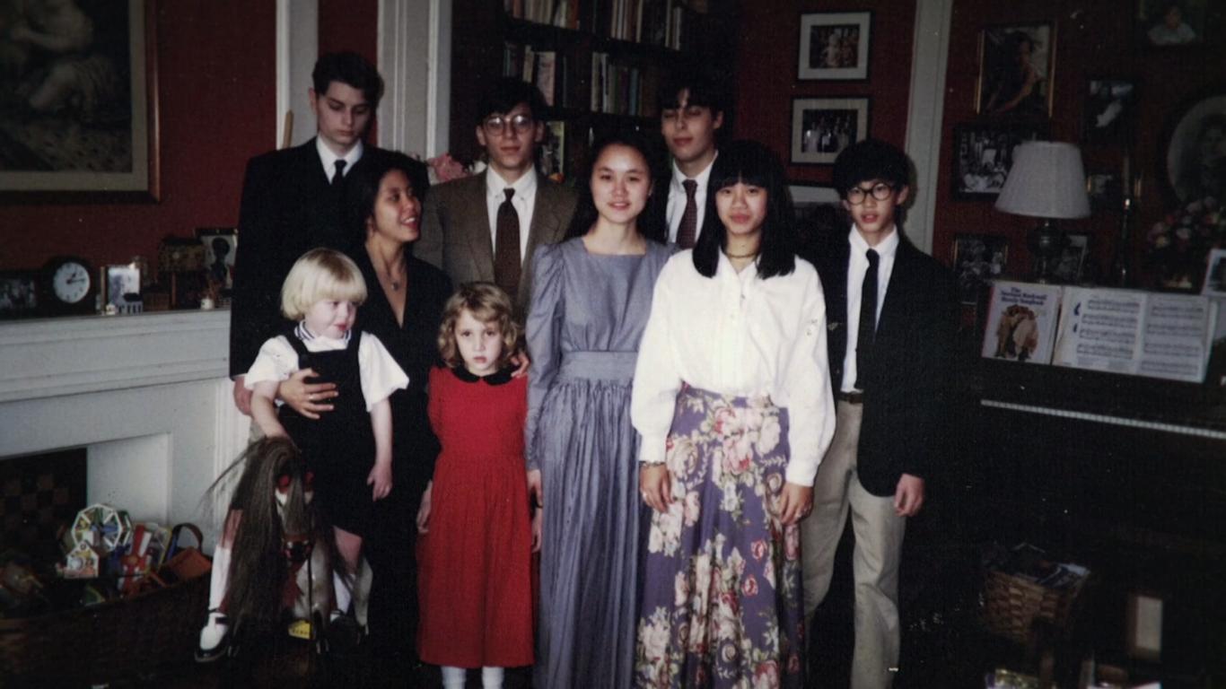 A imagem é uma foto de 9 dos filhos de Mia Farrow.