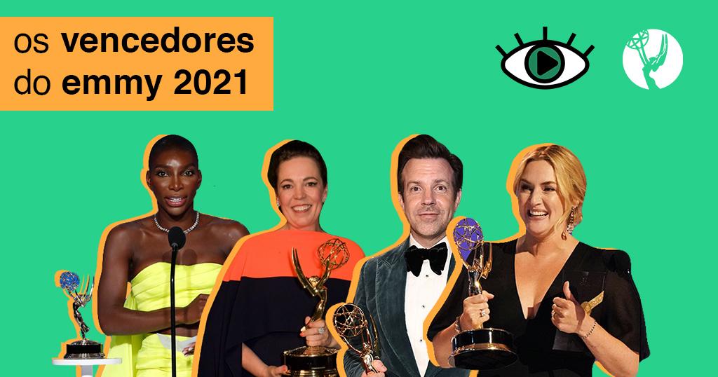 Arte retangular horizontal de fundo verde-água. Na parte superior esquerda foi adicionado um retângulo laranja saindo da lateral esquerda da imagem, e, em cima dele, foi adicionado o texto 'os vencedores do emmy 2021'. Ao lado direito do retângulo, foi adicionado o logo do Persona e a estatueta do Emmy. Abaixo, foram adicionadas imagens de quatro atores, com uma borda na cor laranja. Esses sendo: Michaela Coel, Olivia Colman, Jason Sudeikis e Kate Winslet. Todos eles estão acompanhados do troféu do Emmy que receberam e usam trajes de gala.