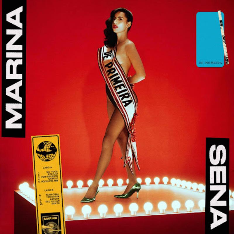 Capa do álbum De Primeira, de Marina Sena. A imagem é composta por uma fotografia de corpo inteiro de Marina em cima de um pódio, sob um fundo vermelho. A artista está de pé e levemente inclinada para o lado esquerdo da imagem, para onde também olha. Marina é uma mulher negra de pele clara e tem cabelos pretos ondulados penteados para o lado direito, deixando o ombro esquerdo à mostra. A artista veste uma faixa grossa tipo de Miss, onde está escrito 'De Primeira', uma calcinha preta de cintura alta e um sapato scarpin verde médio de cetim. Ao redor do pódio onde Marina está, existem luzes amarelas redondas, cercando o quadrado. Na lateral esquerda da imagem, está escrito 'Marina' dentro de um retângulo preto em fonte branca e caixa alta. Na mesma estilização, no lado direito, está escrito 'Sena'. A capa do álbum possui ainda alguns selos. O primeiro está no canto superior direito, e é um retângulo pequeno azul, onde está escrito 'de primeira' numa fonte de máquina de escrever em preto. O segundo está no canto inferior esquerdo, e é um retângulo pequeno amarelo, que traz a divisão da tracklist do disco em lado A e lado B.
